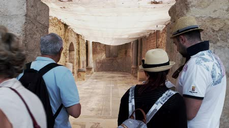 villa historisch : PIAZZA ARMERINA, ITALY - APRIL, 24: Tourists with map looking at the two-apse room of the Roman Villa at the Casale, large and elaborate Roman villa designated as a UNESCO World Heritage Site on April 24 Videos