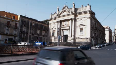 turisták : CATANIA, ITALY - APRIL, 26: View of the San Biagio church and the Roman ruins in Stesicoro square on April 26, 2019