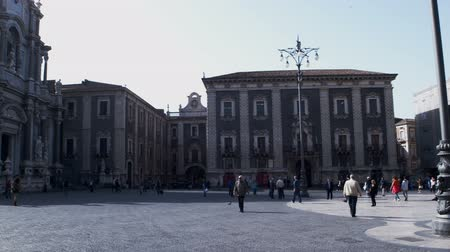 антиквариат : CATANIA, ITALY - APRIL, 26: View of Catania cathedral located on the square called Piazza duomo on April 26, 2019 Стоковые видеозаписи