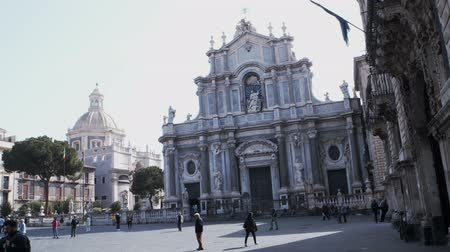 Сицилия : CATANIA, ITALY - APRIL, 26: View of Catania cathedral located on the square called Piazza duomo on April 26, 2019 Стоковые видеозаписи
