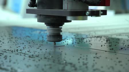 moagem : The milling cutter cuts a straight line. Milling without protective brush.