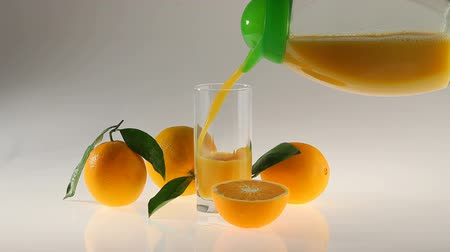 meyve suyu : natural Orange juice pour in glass