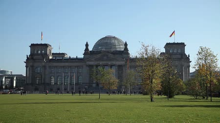 Deutsch Parlament im Herbst Videos