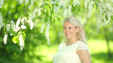 kobieta w ciąży : Portrait of a pregnant woman with long blond hair in the garden. Wideo