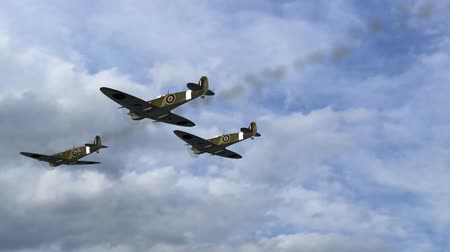samolot : Spitfire Supermarine WWII Airplane flying by in Formation