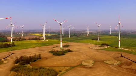 vento : aerial view of a wind turbine - Eco power in a agriculture field Vídeos