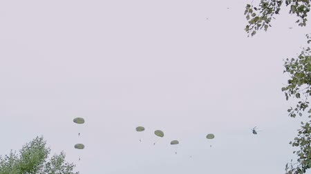 makedonia : Paratroopers of Greek Army landing with parachutes in Thessaloniki Greece during 28 October National Oxi Day parade.