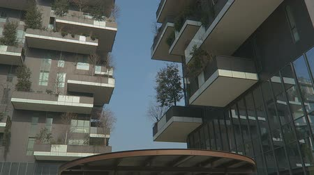 verticale : Milan, Italy Bosco Vericale residential towers close view. The Vertical Forest towers in  Porta Nuova, Milano.