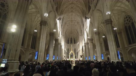 patrik : New York, USA St. Patricks Cathedral with people during mass. Inside The Cathedral of St. Patrick, a Neo-Gothic Roman Catholic church between 50th and 51st Streets Manhattan. Dostupné videozáznamy