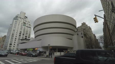 narożnik : New York, USA The Solomon R. Guggenheim Museum of art facade. External day view of The Guggenheim located at 1071 Fifth Avenue on the corner of East 89th Street Manhattan.