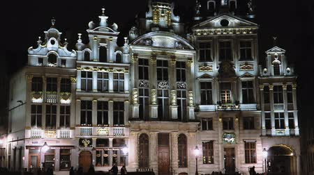 eend : Brussels, Belgium Grand Place historic buildings facade night view. Grand Square or Grote Markt central square, with buildings L Etoile, Le Cygne, L Arbre d or, La Rose, Le Mont Thabor. Stockvideo