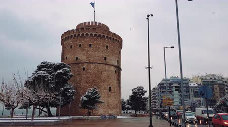 makedonia : Thessaloniki, Greece heavy snowfall at the city center. Snow at the White Tower, the city landmark with traffic at Leoforos Nikis avenue.