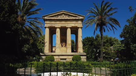 dedicado : Valletta, Malta monument to Sir Alexander Ball. Day view of 1810 neoclassical temple dedicated to British admiral Sir Alexander Ball, at the Lower Barrakka Gardens.