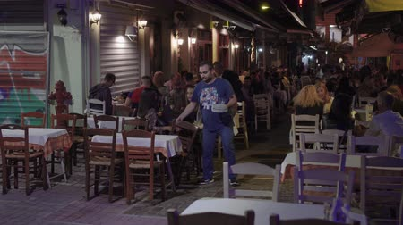 yunan : Hellenic nightlife video of people at outdoors tavern restaurants. Unidentified crowd eating & drinking at tavernas in the center at Aristotelous square area in Thessaloniki, Greece. Stok Video