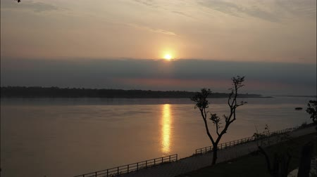binário : Time Lapse of Sunrise over Khong river in Thailand.