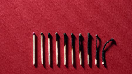enxofre : Burnt matchsticks on red background