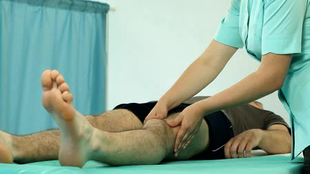 fizjoterapeuta : Physiotherapy session in professional cabinet video Wideo