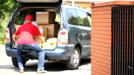 postacı : Courier and car full of packages movie