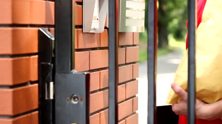 postacı : Delivery man ringing house intercom outdoors footage Stok Video