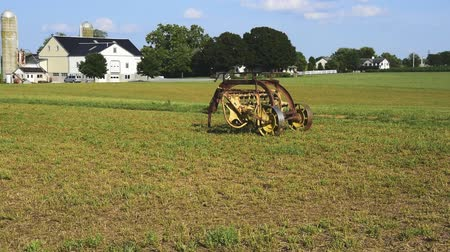 Oude Amish Farm Equipment Zitplaatsen in het veld Stockvideo