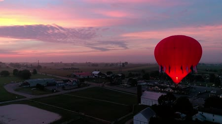 dirigível : Hot Air Glow Balloons Taking Off on a Early Sunrise