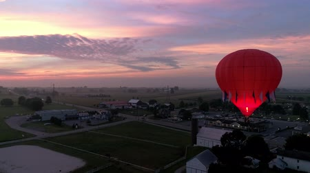 dirigível : Bird in Hand, Pennsylvania, September 2018 - Hot Air Glow Balloons Taking Off, on a Early Sunrise.