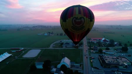 montgolfière : Bird in Hand, Pennsylvania, September 2018 - Hot Air Glow Balloons Taking Off, on a Early Sunrise.