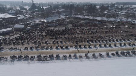 Luchtfoto van een Amish Winter Mud Sale in de modder Stockvideo