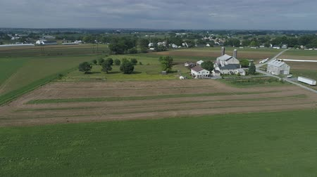 Пенсильвания : Aerial View of Amish Farmer Seeding His Field with 6 Horses Стоковые видеозаписи