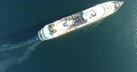 навигацион судно : Aerial view of luxury medium cruise ship sailing from port on sunrise through the bay