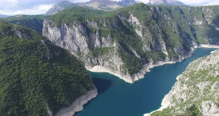 водохранилище : Aerial view of famous Piva Canyon with its fantastic reservoir. National park Montenegro and Bosnia and Herzegovina, Balkans, Europe.