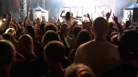 serseri : silhouettes of concert crowd in front of stage Stok Video