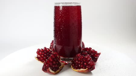etli : Rotating fresh pomegranate juice with pomegranate segments Stok Video