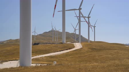 parque eólico : Windmills converting wind energy into electricity