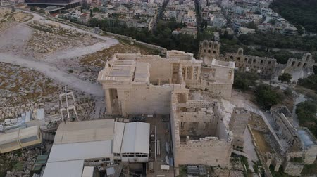 акрополь : Aerial view of Propylaea Gate in Acropolis of Athens ancient citadel in Greece Стоковые видеозаписи