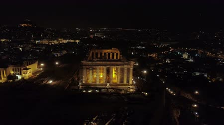 starožitnosti : Aerial night video of iconic ancient Acropolis hill and the Parthenon at night, Athens historic center