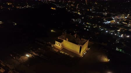 archeologie : Aerial night video of iconic ancient Acropolis hill and the Parthenon at night, Athens historic center