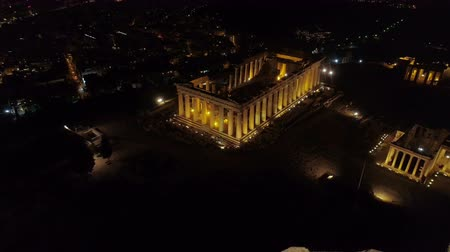 акрополь : Aerial night video of iconic ancient Acropolis hill and the Parthenon at night, Athens historic center