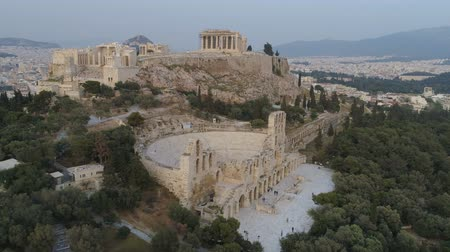 акрополь : Aerial view of Odeon of Herodes Atticus and Acropolis of Athens ancient citadel in Greece