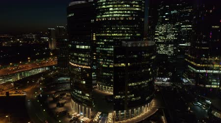 financieel : Een nacht Luchtfoto van wolkenkrabbers van het Moscow International Business Center. Stockvideo