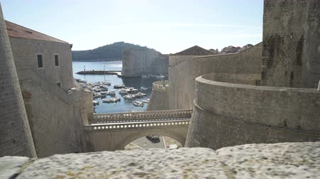 dalmácia : Inner gate bridge connecting Fort Revelin to Ploce Gate, with the Old Harbour and the Adriatic Sea in the background, Dubrovnik. Stock mozgókép
