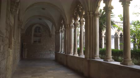 kolumny : Cloister with beautiful arches and columns in old Dominican monastery in Dubrovnik