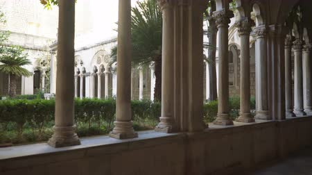 dalmácia : Cloister with beautiful arches and columns in old Dominican monastery in Dubrovnik