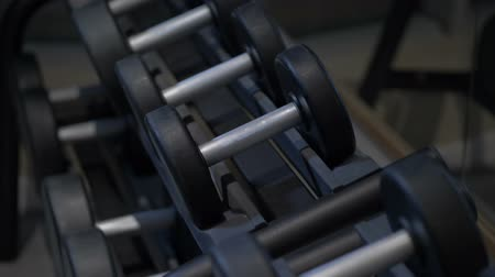 amatőr : Close-up of male hands taking the dumbbell