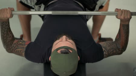 párat se : athlete performs a bench press barbell on the bench