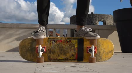 resfriar : Close up of skater skateboarder man doing 360 kickflip heelflip flip trick in slow motion jump