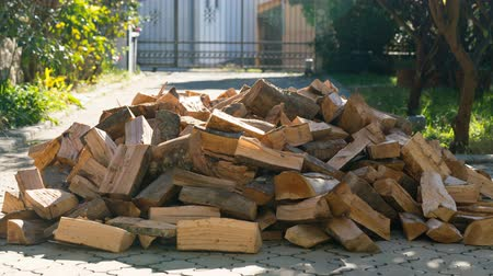 de faia : firewood appears one by one forming a large pile and then disappears