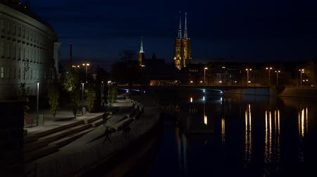 metropolitní : Teenagers at night time in Wroclaw view of cathedral