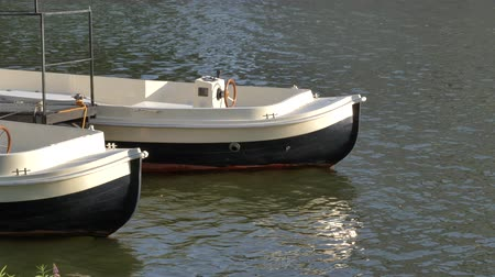 traço : Two city boats with no people