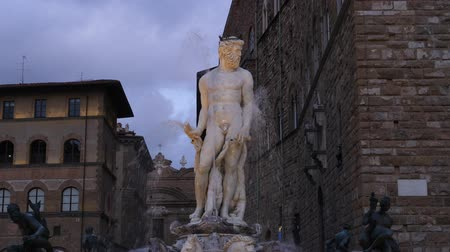 mermer : The Fountain of Neptune is a fountain in Florence, Italy Palazzo Vecchio slow motion Stok Video